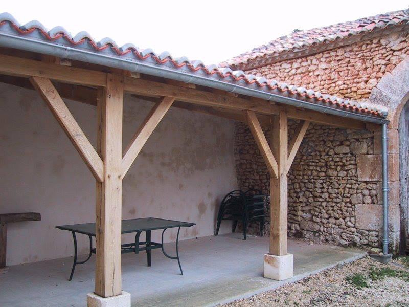 Construction d\'une terrasse couverte pour une maison en Charente (16)